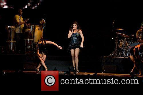 Ivete Sangalo and Leaves