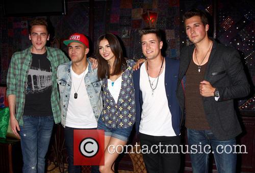 Carlos Roberto Pena Jr., James Maslow, Logan Henderson, Kendall Schmidt, Big Time Rush and Victoria Justice 4