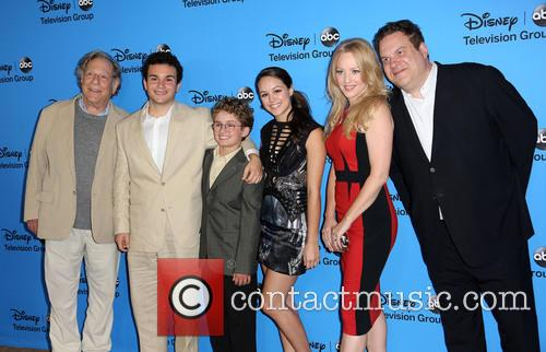 George Segal, Troy Gentile, Sean Giambrone, Hayley Orrantia, Wendy Mclendon-covey and Jeff Garlin 2