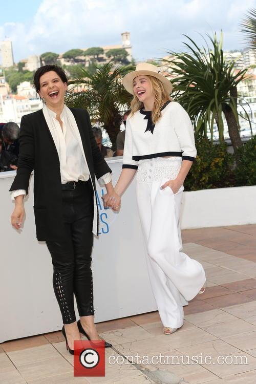 Chloe Grace Moretz (r) and Juliette Binoche