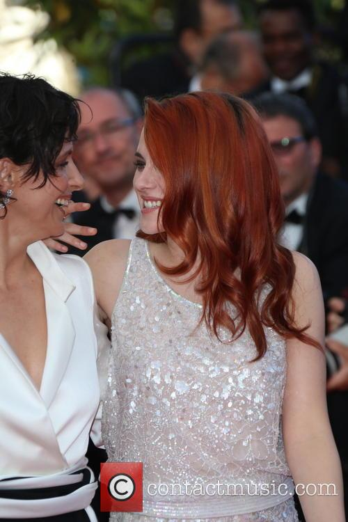 Kristen Stewart (r) and Juliette Binoche