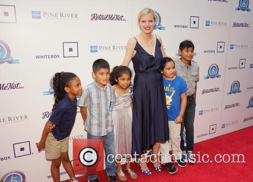 Brooklyn Decker and Children From Pecan Springs Elementary School 2