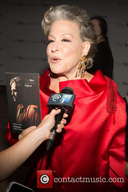 Bette Midler Accuses Justin Bieber's Dad Of 'Abandoning' His Son Over Nude Photos