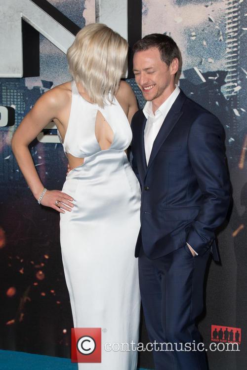 Jennifer Lawrence and Oscar Isaac 11