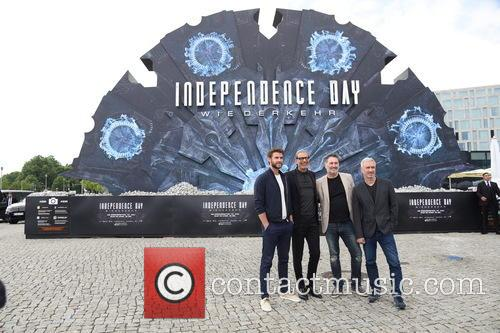Liam Hemsworth, Jeff Goldblum, Harald Kloser and Roland Emmerich 6