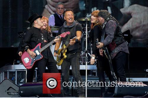 Bruce Springsteen, Steven Van Zandt, Max Weinberg, Nils Lofgren, Patti Scialfa and Soozie Tyrell 4