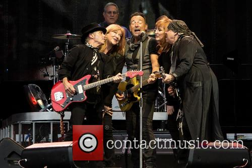 Bruce Springsteen, Nils Lofgren, Patti Scialfa, Steven Van Zandt, Max Weinberg and Soozie Tyrell 10