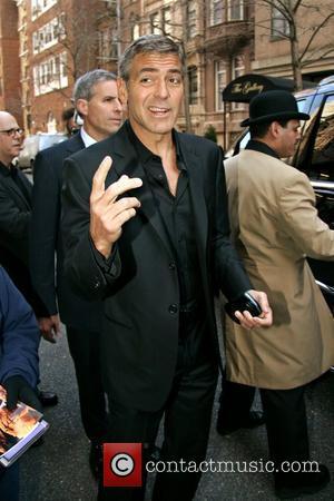 Clooney Has Fun With His Oscar