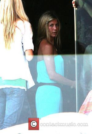 Aniston Not Moving To New York Just Yet
