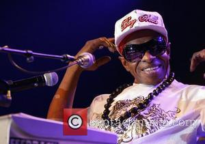 Sly Stone Makes Another Bizarre Stage Appearance