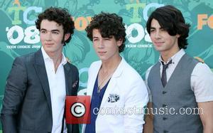Nick Jonas Falls Ill During Gig