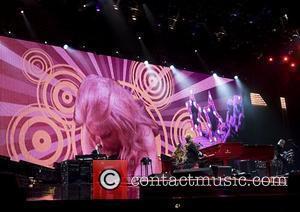 Elton Sets Sights On Winehouse For Oscar Party