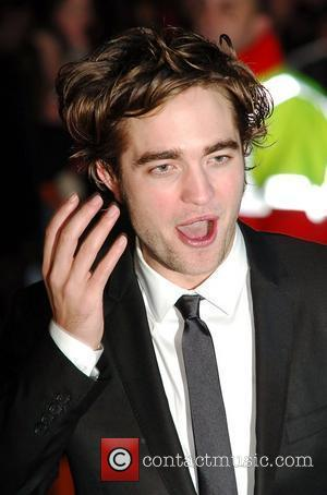 Pattinson Drops Out Of Indie Film To Shoot New Moon