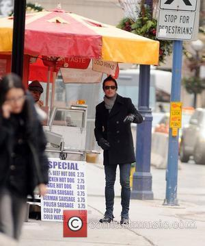 Scott Weiland asks a local for directions whilst out and about Toronto, Canada - 20.11.09