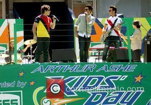 Jonas Brothers Dating Aussie Best Friends?