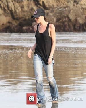 Victoria Beckham walking on the beach Malibu, USA - 31.01.10