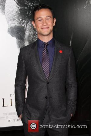 Joseph Gordon-levitt Fixed Anne Hathaway's Dress At Critics' Choice Awards