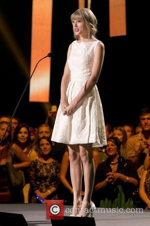 Taylor Swift Sings With Paula Fernandes In Brazil
