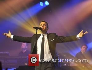 Gary Barlow Helps Fan Propose At London Show