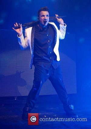Peter Andre Resumes Tour After Brother's Death