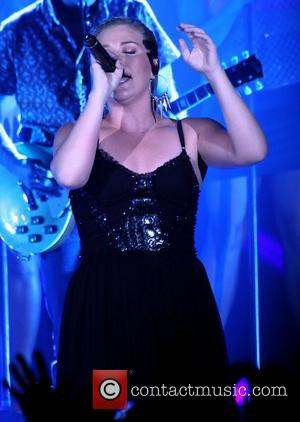 Kelly Clarkson And The Fray Help Pay Stagehand's Medical Bills