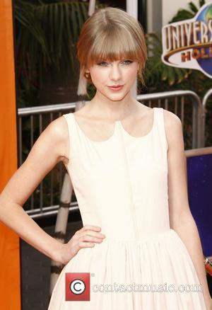 Swift Offers To Take Teenage Fan To The Acm Awards
