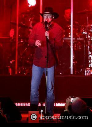 Trace Adkins Volunteers At Homeless Project