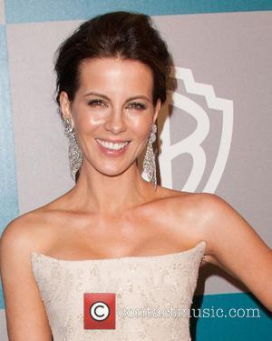 Beckinsale Hid Rubber Penis In Mum's Hand Luggage