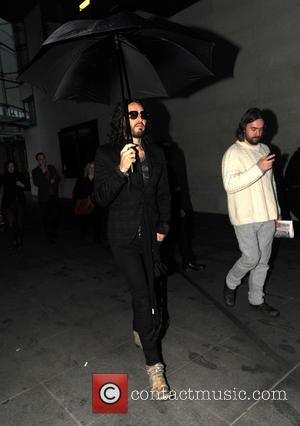 Those Katy Perry Hecklers? Russell Brand Doesn't Pay Too Much Attention