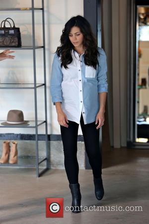 Jenna Dewan-Tatum - Pregnant Jenna Dewan-Tatum tries on a pair of leather shoes while shopping at Rag & Bone on...