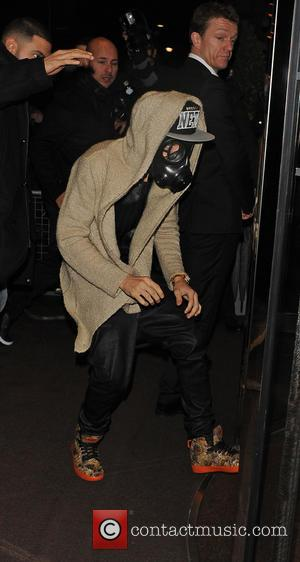 Justin Bieber - Justin Bieber Wears A Gas Mask