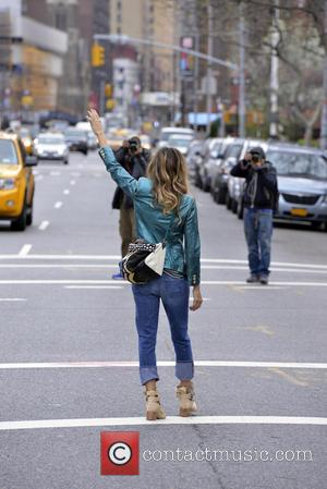 Sarah Jessica Parker - Sarah Jessica Parker provides the paparazzi with their own photoshoot while hailing a cab in New...