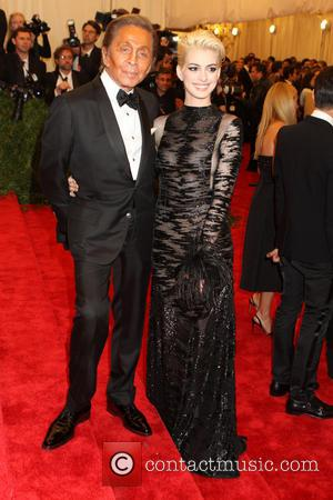 Anne Hathaway's Blonde Look 'Inspired By Debbie Harry' (Photos)