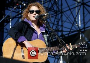 Singer Kathleen Edwards Suffers Allergic Reaction To Bee Stings At Gig