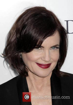 Elizabeth Mcgovern Hands Out Flyers For Her Own Gig