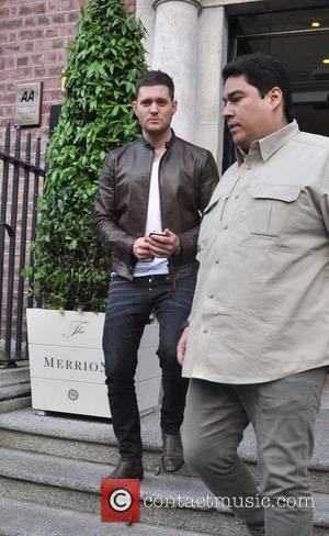 Michael Buble - Michael Buble greets fans outside the  Merrion Hotel in Dublin - Dublin, Ireland - Wednesday 17th...
