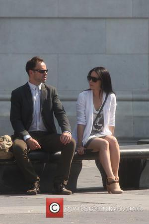Jonny Lee Miller and Lucy Liu - Lucy Liu and Jonny Lee Miller filming on location in Washington Square Park...