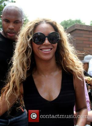 Beyonce's Hair Caught In Fan During Concert