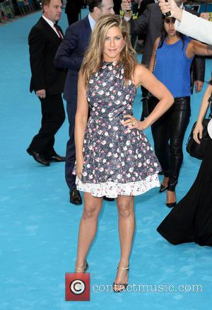 Jennifer Aniston Braves Rainy London For 'We're The Millers' Premiere [Pictures]