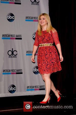 Kelly Clarkson Delaying Honeymoon For Christmas Album