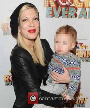 Tori Spelling Refuses To Acknowledge Cheating Rumours Surrounding Husband & Enjoys Family Christmas