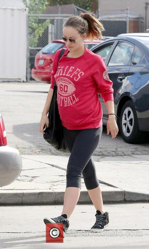 Olivia Wilde - Pregnant Olivia Wilde, wearing  no make-up, grabs food to go after leaving a gym - West...