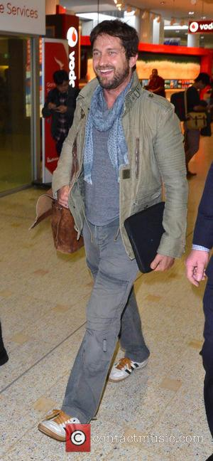 Gerard Butler - Gerard Butler wearing a light olive green jacket and cargo trousers, arrives at Sydney Airport - Sydney,...