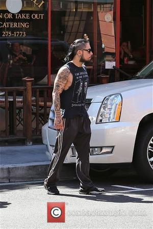 Dave Navarron - Dave Navarro becomes involved in a discussion with a photographer while out and about in Los Angeles...