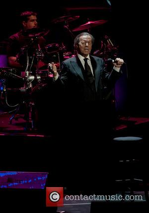 Julio Iglesias - Julio Iglesias performing live in concert