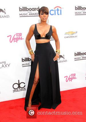 Kelly Rowland Sparks Pregnancy Rumours With Baggy Stage Costume