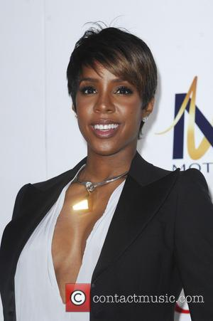 Pregnant Kelly Rowland Helps To Build Houses In Los Angeles