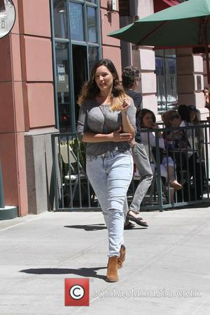 Kelly Brook - Kelly Brook wearing ripped jeans, out and about in Beverly Hills - Los Angeles, United States -...