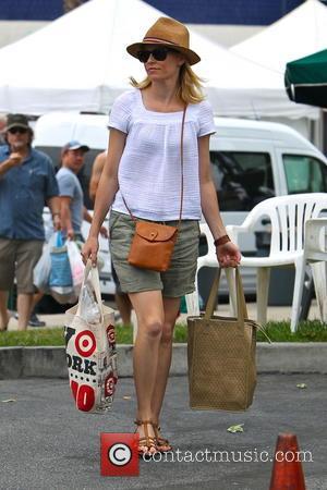 Elizabeth Banks - Elizabeth Banks shopping at the Studio City Farmer's Market - Los Angeles, California, United States - Sunday...