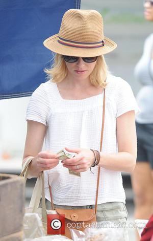 Elizabeth Banks - Elizabeth Banks goes to the Farmers Market - Los Angeles, California, United States - Sunday 27th July...